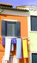 Färgrika ark som ut läggas för att torka i den färgglade ön av buran Arkivfoton