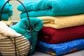 Färgrika handdukar för bad Arkivbild
