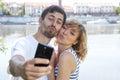 Förälskelsepar som tar en bild med telefonen Arkivfoton