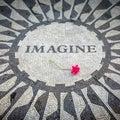 Föreställ för att underteckna in den new york central park john lennon memorial Arkivfoton