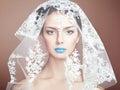 Façonnez la photo de belles femmes sous le voile blanc Images stock