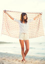 Façonnez le mode de vie belle jeune femme sur la plage au coucher du soleil Photo stock
