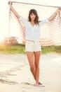 Façonnez le mode de vie belle jeune femme sur la plage au coucher du soleil Photos libres de droits