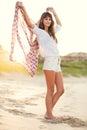 Façonnez le mode de vie belle jeune femme sur la plage au coucher du soleil Photographie stock libre de droits