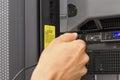 It fachmann plugs in einem kabel Lizenzfreies Stockfoto