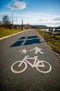 Fahrradweg mit dem fahrrad und fußgänger gemalt Stockbilder