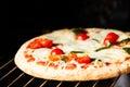 Faisant cuire la pizza en four horizontal Photo stock