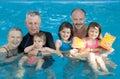Familia en la piscina Fotografía de archivo libre de regalías