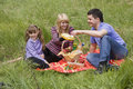 Familie die picknick in park heeft Stock Foto's