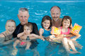 Familie am Swimmingpool Lizenzfreie Stockfotografie