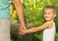 Familien vater man und sohn jungen kind im freien hand in hand halten Stockfotografie