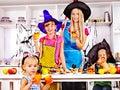 Familj som förbereder halloween mat Royaltyfri Bild