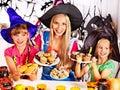 Familj som förbereder halloween mat Arkivbilder
