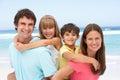 Rodina s chrbte na pláž