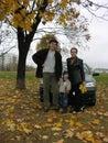Familia de tres y coche y otoño