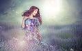 Fantasia donna in prato enigmatico sopra il cielo nuvoloso Fotografia Stock