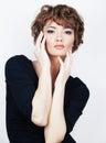 Fashion girl młoda kobieta pracowniany portret na bielu Zdjęcia Royalty Free