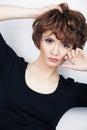 Fashion girl młoda kobieta pracowniany portret na bielu Zdjęcie Stock
