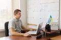 Fast chef using laptop för man på hans skrivbord Fotografering för Bildbyråer