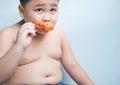 Tuk chlapec jesť vyprážaný
