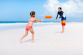 Father and daughter playing frisbee Royalty Free Stock Photography