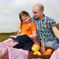Father and daughter read book Royalty Free Stock Photography
