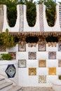 Feche acima de um mosaico da parede no parque guell projetado por antonio Imagens de Stock