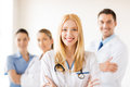 Mujer médico en de salud grupo