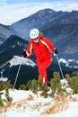 Žena lyžiarka, pohybujúca sa na svahu