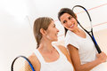 Female squash players at the court holding rackets Royalty Free Stock Photography