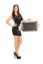 Femme attirante jugeant une valise pleine de l argent Image stock