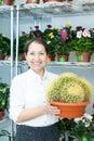 Femme avec le cactus de stock de fleur Image libre de droits
