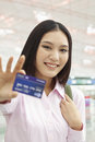 Femme d affaires showing credit card Image stock
