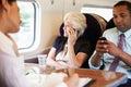 Femme d affaires using mobile phone sur la navette occupée Photo libre de droits