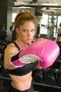 Femme dans les gants de boxe roses 6 Images stock