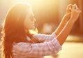 Femme de portrait de mode de vie la belle a photographié sur le smartphon Photographie stock libre de droits