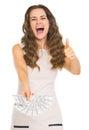 Femme heureuse montrant la fan des dollars et des pouces Images stock