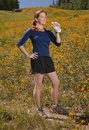 Femme sportif retenant une bouteille d'eau. Photographie stock libre de droits