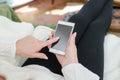 Femme utilisant un smartphone Photographie stock libre de droits