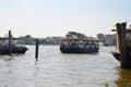 Ferry boat d utilisation de personnes pour croiser chao phraya river à bangkok thaïlande Images libres de droits