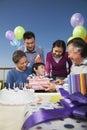 Festa de anos família da multi geração presentes de abertura Imagem de Stock