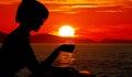 Figura da sombra das mulheres no mar do por do sol Imagem de Stock Royalty Free
