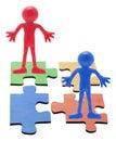Figures en caoutchouc sur des parties de puzzle denteux Photos libres de droits