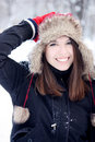 Fille assez jeune ayant l'amusement en hiver Photo libre de droits