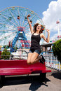 Fille ayant l'amusement dans le parc d'attractions Photographie stock