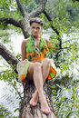 Fille dans un arbre Photos stock