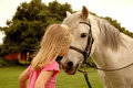 Fille embrassant le poney Photos stock