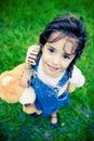 Fille magnifique avec les yeux énormes regardant dans l'appareil-photo Image libre de droits