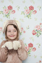 Fille mignonne en bunny costume against wallpaper Images stock