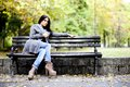 Fille sur le banc Photo stock